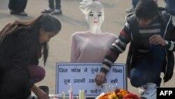 Индијци палат свеќа за починатата студентка.