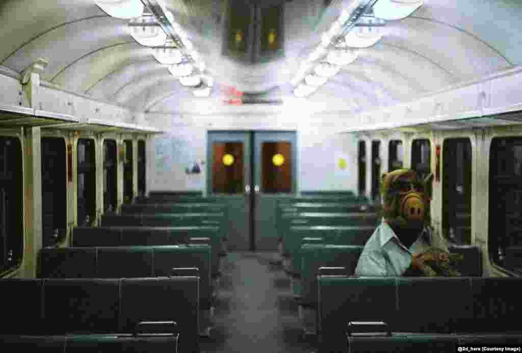 Alf, poznati lik iz istoimene američke TV serije, u ruskom noćnom vozu.