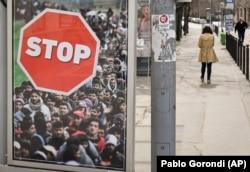 Предвыборный плакат в Будапеште с призывом остановить мигрантов