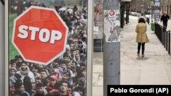 Një bilbord kundër migrantëve është vendosur nga Qeveria hungareze në rrugët e Budapestit. 4 prill, 2018.