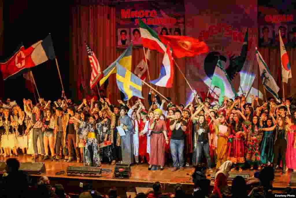 """""""Неделя разнообразия"""" в нашем университете.В этом мероприятии студенты из разных стран показывают свою культуры, национальную одежду, еду, танец и т.д"""