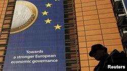 Еурокомиссия штаб-пәтерінің ғимаратындағы еуро монетасы бейнеленген баннер. Брюссель, 19 желтоқсан 2011 ж.