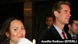 Мэтью Брайза (справа) и его супруга Зейно Баран, Баку, 2 февраля 2011 г.