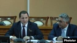 И. о. министра обороны Армении Давид Тоноян (слева), Ереван, 12 ноября 2018 г.