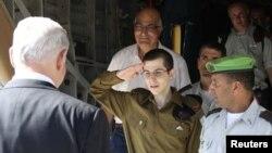 На военной базе Тель-Ноф Гилада Шалита встречал израильский премьер-министр Биньямин Нетаньяху (слева). 18 октября 2011 года