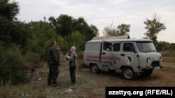 Калачи ауылындағы зерттеу комиссиясының көлігі. Ақмола облысы, 7 қыркүйек 2014 жыл.