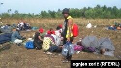 Pamje e migrantëve në kufirin e Serbisë me Hungarinë vitin e kaluar
