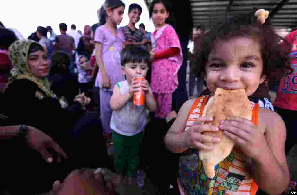 مردمی که از موصل به نزدیکی اربیل در در کردستان عراق پناه آوردهاند. روز سهشنبه.