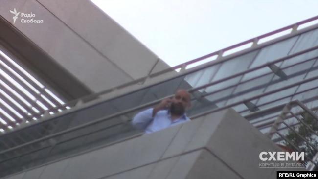Тімур Міндіч на балконі в будівлі, де розміщений офіс Коломойського