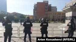 Specijalci ispred Skupštine Kosova, 17. novembar 2015