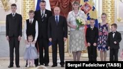 V.Putin Kremldə çoxuşaqlı ailəni mükafatlandırır.