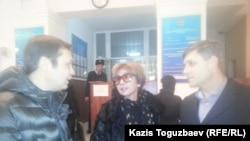 Представители журнала ADAM bol Аян Шарипбаев (слева), Гульжан Ергалиева и юрист Сергей Уткин. Алматы, 18 декабря 2014 года.