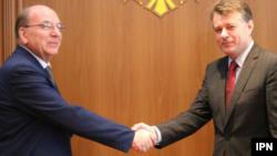 Moldova, Noul ambasador al Rusiei la Chișinău Oleg Vasneţov și secretarul general de stat al ministerului moldovean de externeMihail Căpățână
