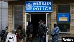 Slavyanskda polis idarəsini ələ keçirən aksiyaçılar. 12 aprel 2014