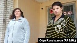 Елена Мошканова и Эльвира Радохина у пункта временного размещения в Хабаровске