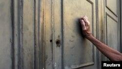 Афинадағы ұлттық банктің есігін қағып тұрған адам. 7 шілде 2015 жыл.