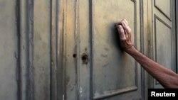 Un pensionar bătând la uşa unei filiale a Băncii Naţionale din Atena, 7 iulie, 2015.