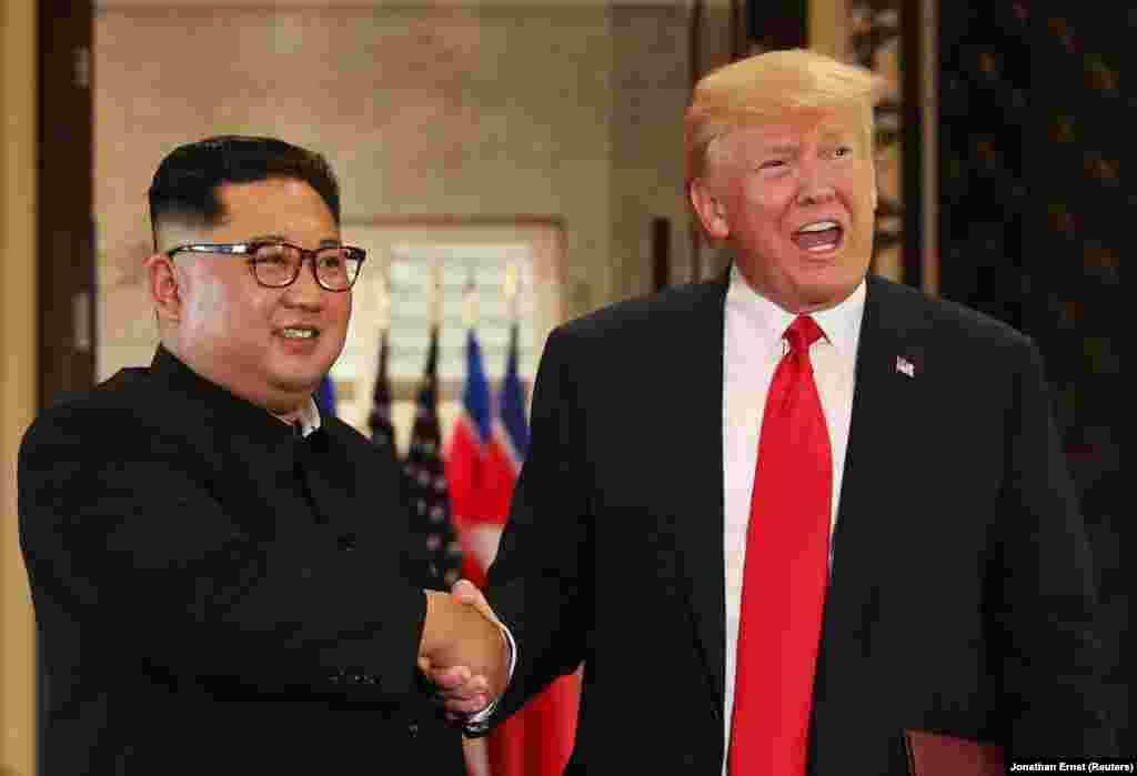Еще одно рукопожатие Ким Чен Ына и Дональда Трампа.