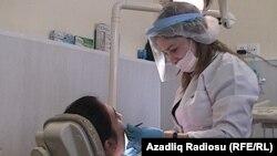 Azerbaýjanly diş lukmany Aýnur Alakbarowa.