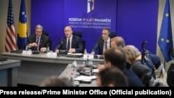 Kryeministri i Kosovës, Ramush Haradinaj, ambasadori amerikan, Philip Kosnett dhe disa zyrtarë tjerë të Qeverisë së Kosovës.