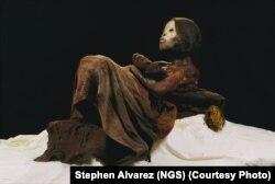 """""""Ice Maiden"""", mumja 500-vjeçare e një vajzë të është zbuluar në një majë mali peruan nga arkeologu dhe eksploruesi i National Geographic, Johan Reinhard."""