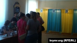 Ukraine -- Presidential elections. People from Crimea vote at the polling station in Novoalekseevka, Kherson oblast