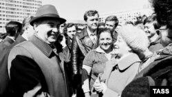 СССРнинг энг сўнгги раҳбари Михаил Горбачёв аҳоли билан учрашмоқда. 1985 йилда олинган сурат.