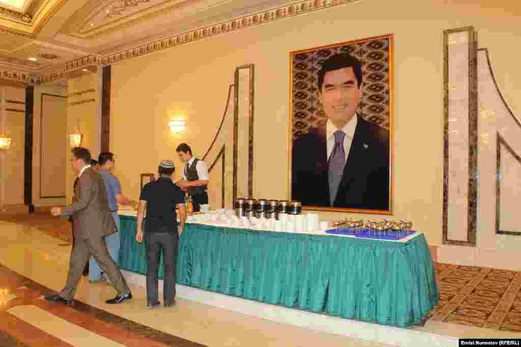 Портреты туркменского президента можно увидеть в самых неожиданных местах