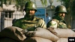 آقای مشرف که از متحدان کليدی آمريکا در نبرد با تروريسم است از روز شنبه در پاکستان وضعيت فوق العاده اعلام کرده است.