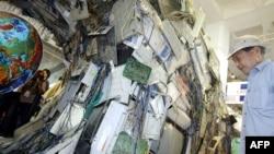 Expoziție de sculpturi și instalații din deșeuri electronice, la Beijing, în 2005