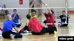 Мүгедектер арасындағы отырып ойнайтын волейбол. (Көрнекі сурет)