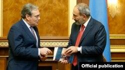 Armenia -- Prime Minister Nikol Pashinian (R) meets with Edward Sellers, interim chief executive of Lydian International, Yerevan, September 6, 2019.