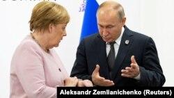 Vladimir Putin (sağda) və Angela Merkel 2019-cu ilin G20 sammitində