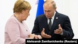 Год назад на саммите в Осаке (Япония) Ангела Меркель и Владимир Путин и не подозревали ни о каком коронавирусе