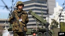 """Боец Сил самообороны Японии на фоне усовершенствованного ЗРК """"Пэтриот"""" PAC-3 американского производства"""