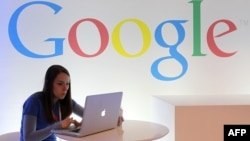 Сотрудник компании Google за работой в офисе в Сан-Франциско. Иллюстративное фото.