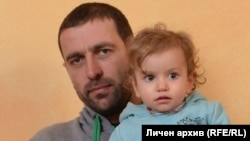 Емилиян Френчев заедно с едно от децата си