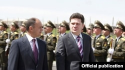 Armenia -- Defense Minister Seyran Ohanian (L) and his visiting Georgian counterpart, Bacho Akhalaia, inspect a military honor guard before talks in Yerevan, 18Apr2011.