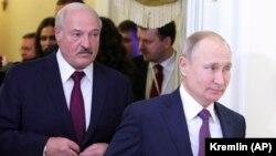 Беларусь басшысы Александр Лукашенко (сол жақта) және Ресей президенті Владимир Путин Санкт-Петербургте өткен жоғарғы Еуразия экономикалық кеңес отырысында. 20 желтоқсан 2019 жыл.