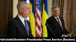 Міністр оборони США Джим Маттіс та президент України Петро Порошенко під час прес-конференції у Києві. 24 серпня 2017 року