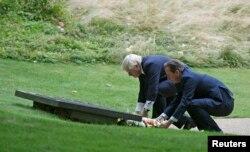Дейвід Камерон та Борис Джонсон покладають вінки до пам'ятника жертвам терактів
