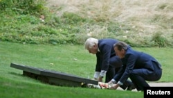 Лондон мэрі Борис Джонсон мен Ұлыбритания премьер-министрі Дэвид Кэмеронның мемориалға келіп гүл қойып жатқан сәті. 7 шілде 2015 жыл.