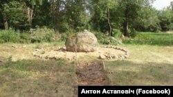Мэмарыяльны знак іпляцоўка вакол яго (фота састаронкі Антона Астаповіча)