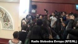 новинари го исвиркаа претседателот на парламентот Трајко Вељаноски во знак на протест за насилното исфрлање на новинарите од Собранието на 24 декември 2012.