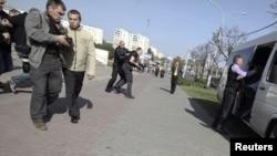 Қарапайым адамша киінген полиция қызметкерлері журналистерді тұтқындап жатыр. Минск, Беларусь 18 қыркүйек 2012 жыл.