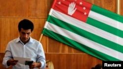 Избиратель на прошедших выборах президента Абхазии, фото из архива