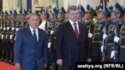 Президент Казахстана Нурсултан Назарбаев (слева) и президент Украины Петр Порошенко в резиденции Акорда. Астана, 9 октября 2015 года.