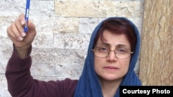 Human rights lawyer Nasrin Sotoudeh shows Charlie Hebdo solidarity.