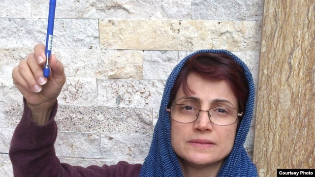 Human rights lawyer Nasrin Sotoudeh shows her solidarity with the victims of the Charlie Hebdo killings.