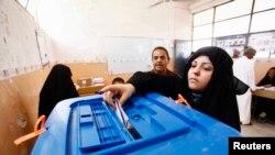 Мешканка Багдаду вкидає бюлетень в урну, 30 квітня 2014